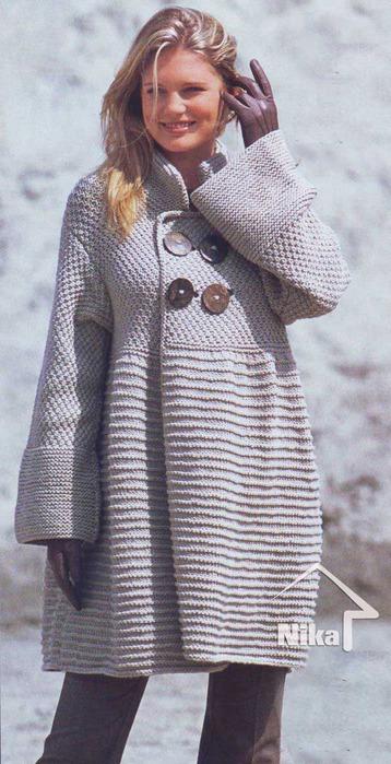 Демисезонный шик - вязаное пальто спицами.
