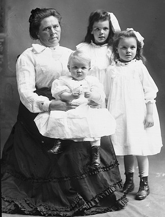 3165375_Belle_Gunness_with_children (324x425, 37Kb)