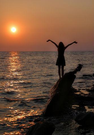 Девушка на закате со спины фото