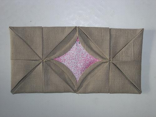 На одну сторону сумки - 6 квадратов из серой ткани.