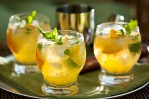 ...коктейль, приготовленный с белым ромом. апельсином, лаймом и мятой.