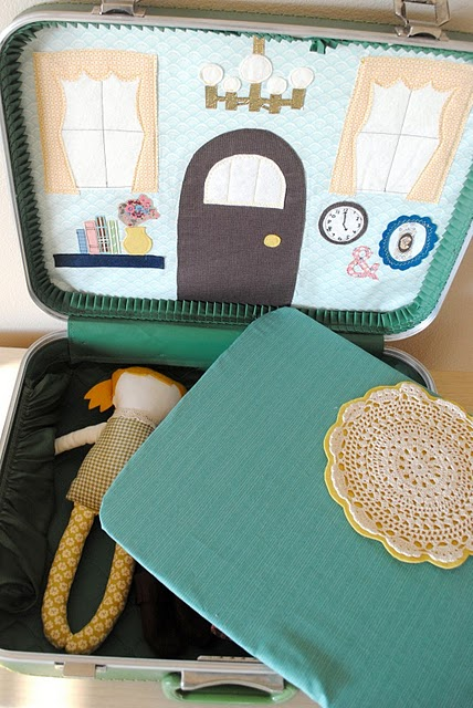 Портативный домик для кукл из старого чемодана.