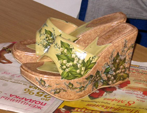 На этот раз - декупаж на обуви. поскольку я увлекаюсь декорированием...