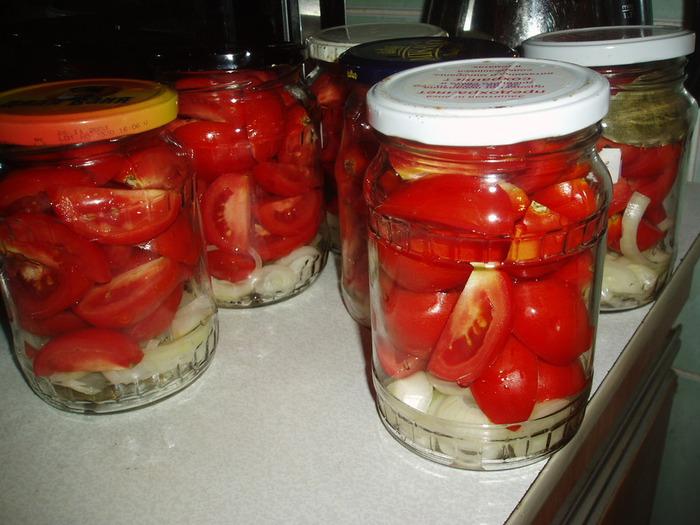Пошаговый фото рецептрезаные помидоры, маринованные с луком на зиму.
