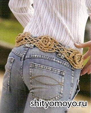 Женский пояс связан крючком из цветочных мотивов в виде роз.