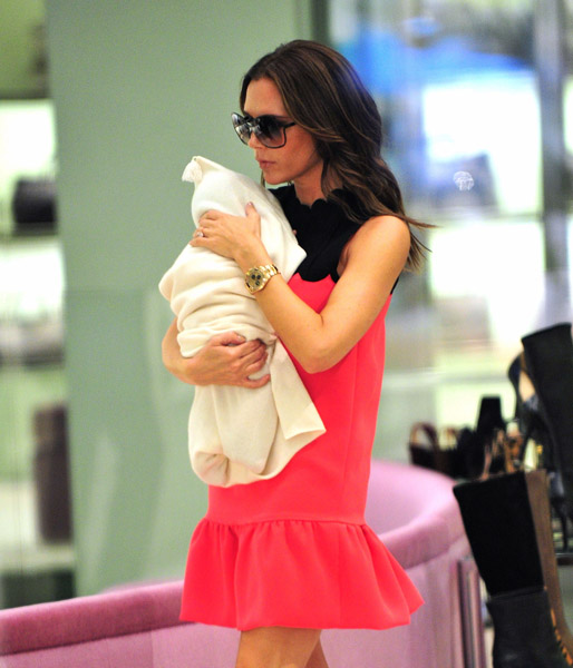 Victoria-Beckham-and-daughter-Harper-Seven-Beckham-arrive-to-Prada-5th-Ave-6 (514x600, 92Kb)