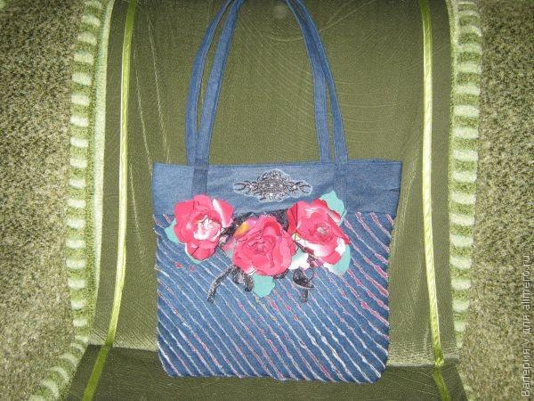 c13bdb102b3d Такая сумочка шьется из джинсовой ткани в чудесной технике «Синель».  Процесс занимает несколько часов. Удовольствия от процесса — масса!