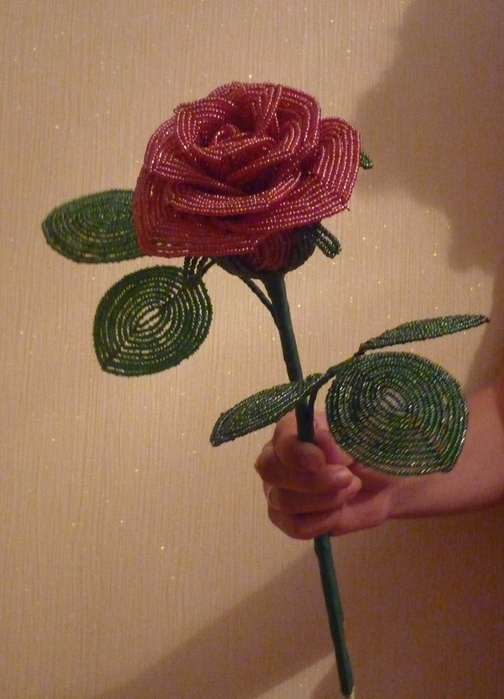 Как сделать розу из бисера.  Подробный видео-мастер-класс!