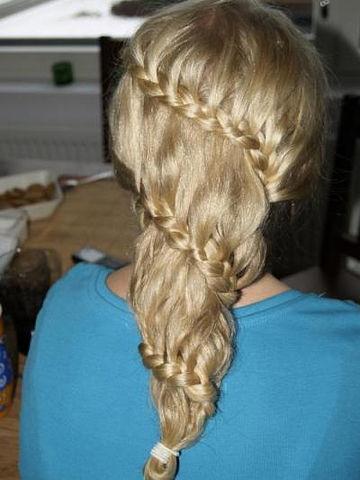 для средней длины волос много. сделать прическу, заплести косички в.