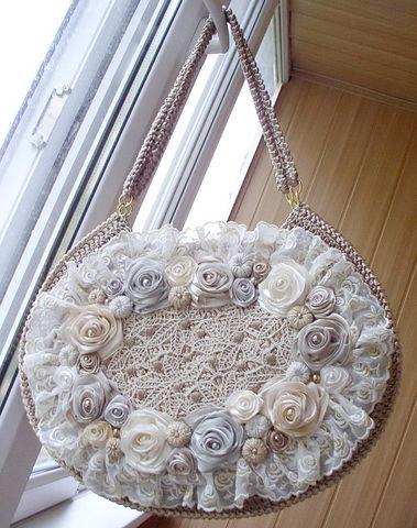 Фея-крестная.  Сумки украшенные бусинами и цветами вышитыми из лент.