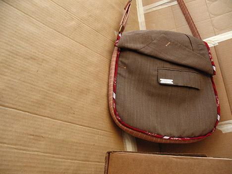 Переделки... сумки из старых вещей.  Нашла тут. http...