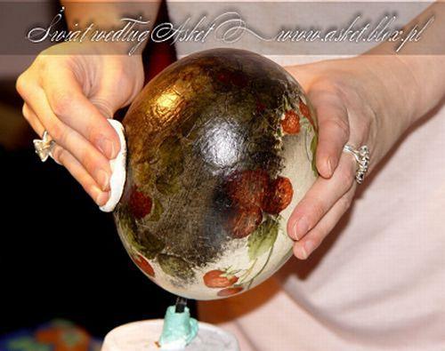 3. Окрашиваем яйцо белой акриловой краской с помощью губки.