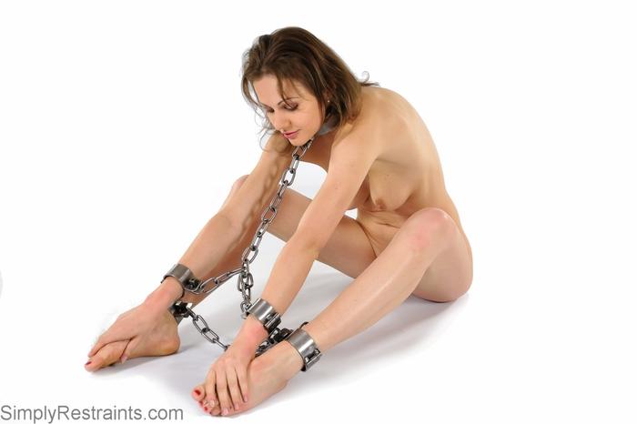 Порно трахают кандалы на невольницах как трахаются курятнике