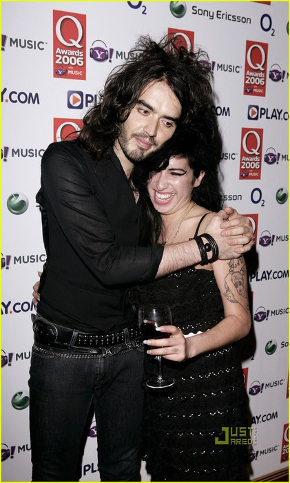 russell-brand-amy-winehouse-04 (421x700, 87Kb)