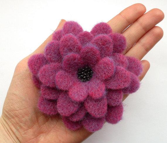 Брошь из фетра в виде цветка георгина станет изящным дополнением.