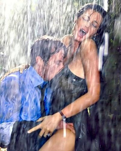 Нежный секс под дождем