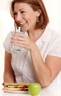 women-drink-water-with-food (1) (200x314, 51Kb)