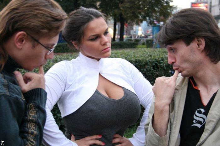 жестко тискает большую грудь отдёрните