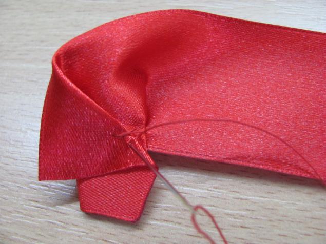 Для нижних лепестков отрезать две полоски красной атласной ленты (шириной.