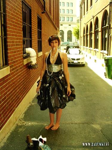 платье из мусорных мешков.