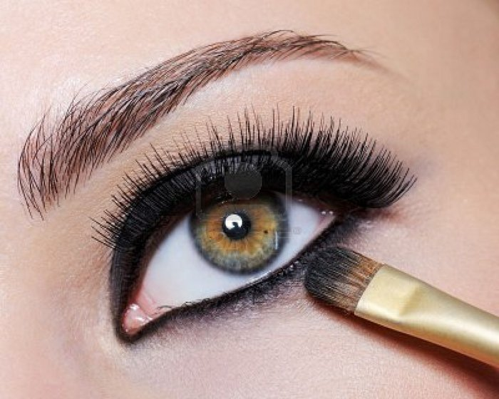5266828-bright-black-eye-make-up-on-the-close-up-shot-of-female-eye--long-eyelashes (700x560, 72Kb)