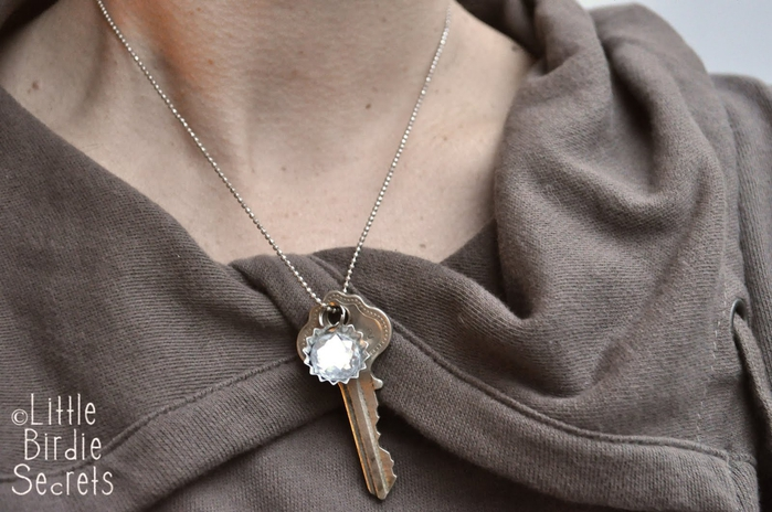 antique key and bottlecap necklace how to (700x464, 237Kb)