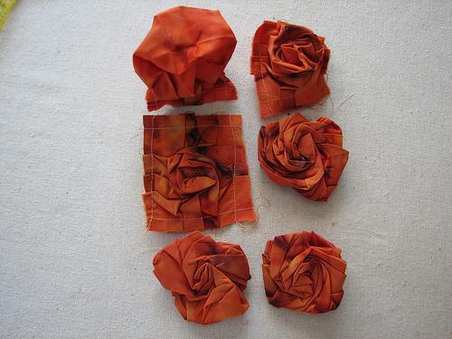 4. Спрячьте уголки ткани, собрав с изнаночной стороны и сшейте их вместе.