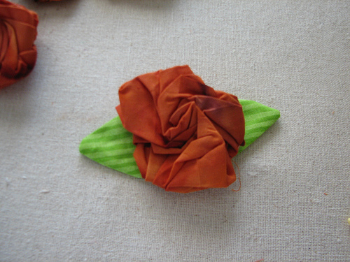 Посмотрите отличнейший мастер клаас как сшить розу из ткани своими...