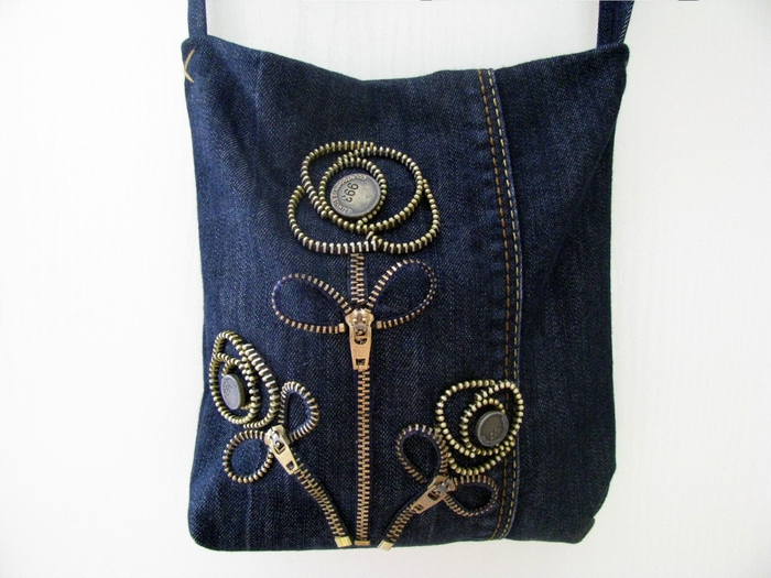Джинсовые сумочки с декором из молний.