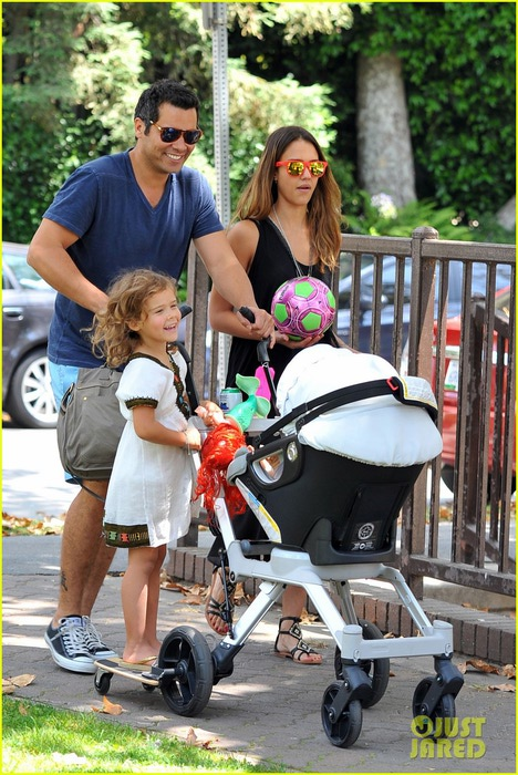 jessica-alba-park-playtime-with-the-family-05 (468x700, 137Kb)