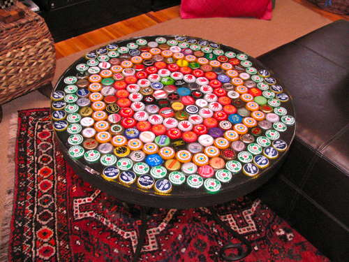 Bottle-Cap-Table-with-Poured-Resin-Surface (500x375, 44Kb)