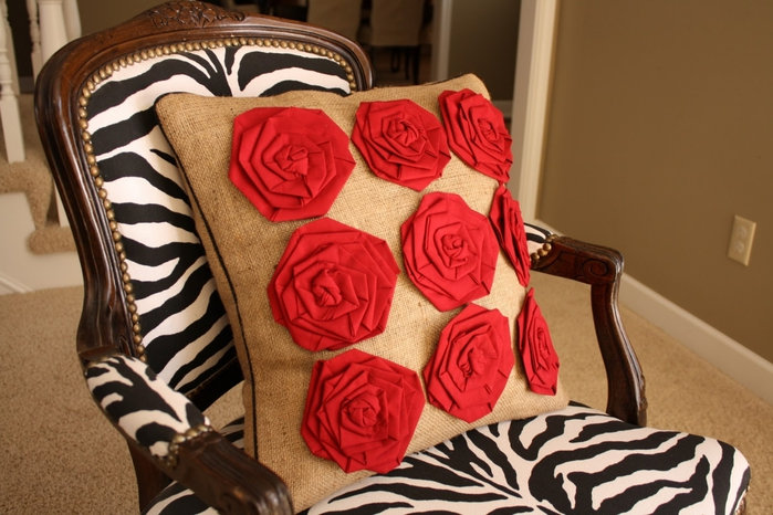 Стильная подушка из мешковины с розами. Обсуждение на LiveInternet - Российский Сервис Онлайн-Дневников