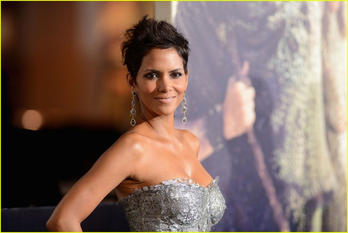 halle-berry-cloud-atlas-premiere-with-olivier-martinez-04 (700x469, 57Kb)