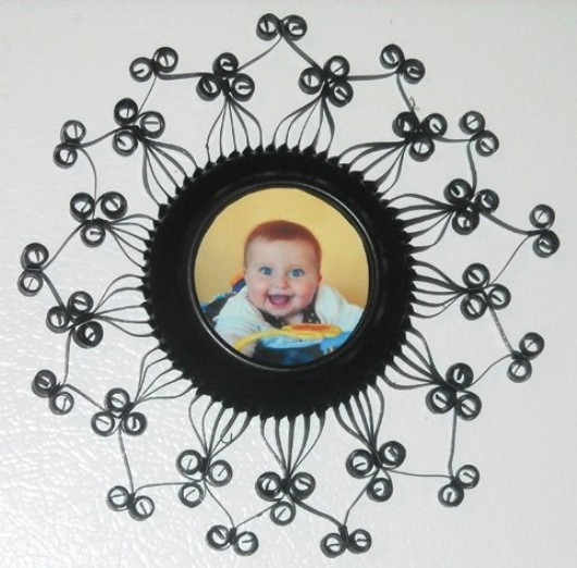 This elegant photo frame is made with an empty soda can. Would you believe it?