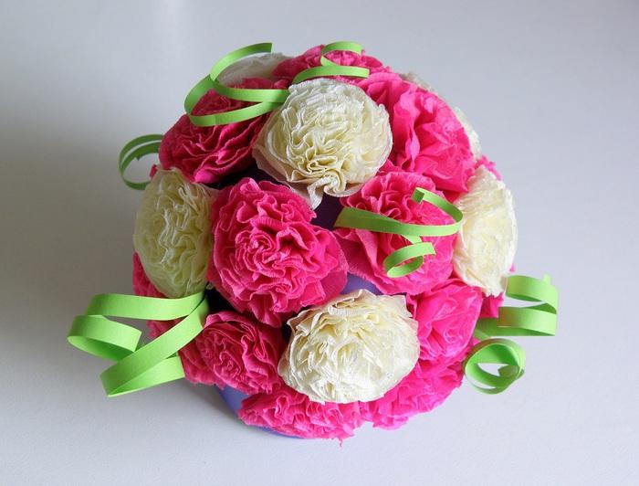 Цветы из бумаги и конфет - Поделки