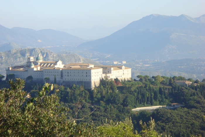 1359190531_Monte___Cassino__The_Monastery_of_St_Benedict__Patron_Saint_of_Europe____nukemontecassinotourcom___Cassinoalto (700x467, 131Kb)
