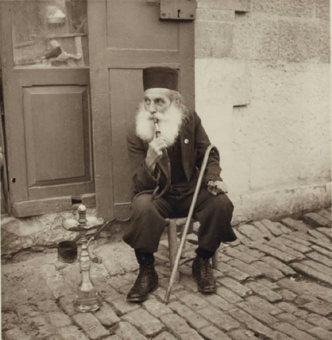 37 Греческий священник курит возле дома. 22 октября (684x700, 304Kb)
