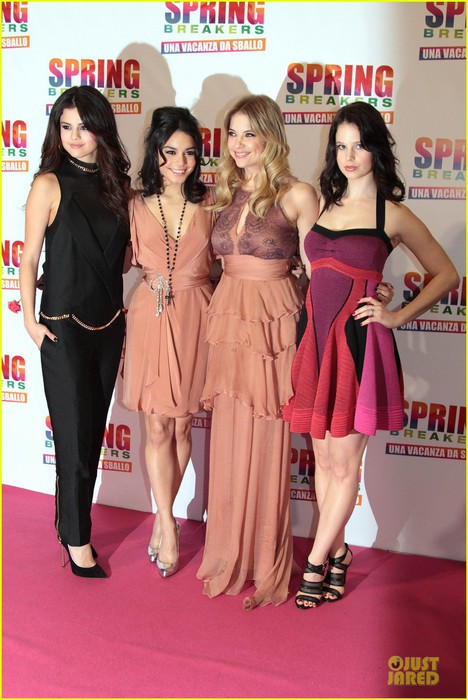 vanessa-hudgens-ashley-benson-spring-breakers-rome-premiere-03 (468x700, 94Kb)