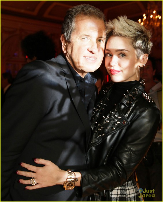 miley-cyrus-mario-testino-prism-exhibit-reception-05 (565x700, 84Kb)