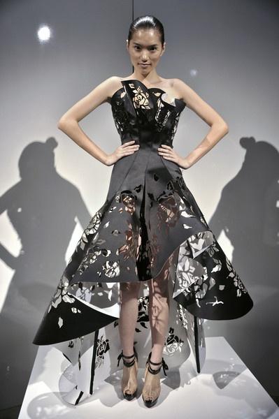 Самые красивые и необычные платья из бумаги 66