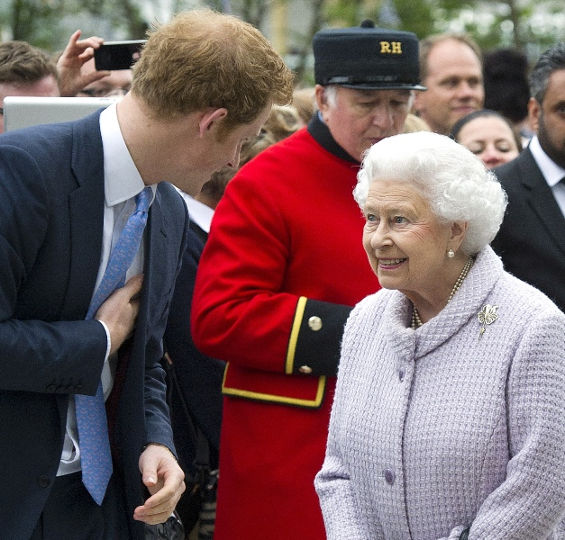 prince-harry-garden-21may13-01 (627x600, 216Kb)