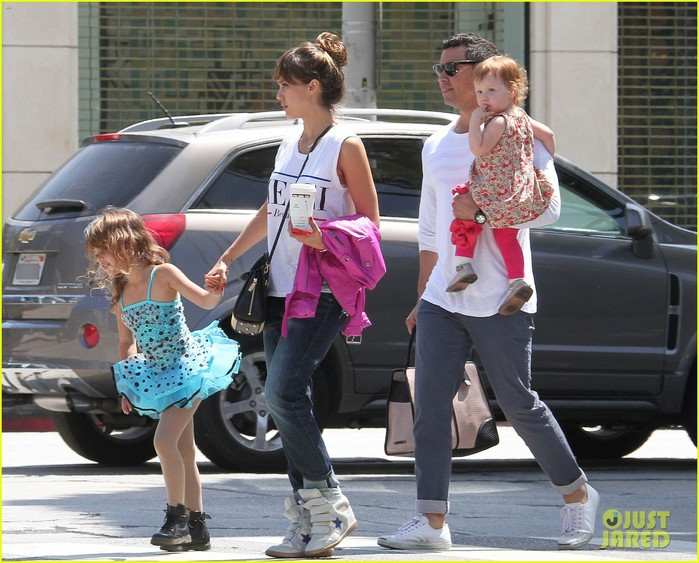 jessia-alba-cash-warren-melrose-outing-with-the-kids-04 (700x563, 118Kb)