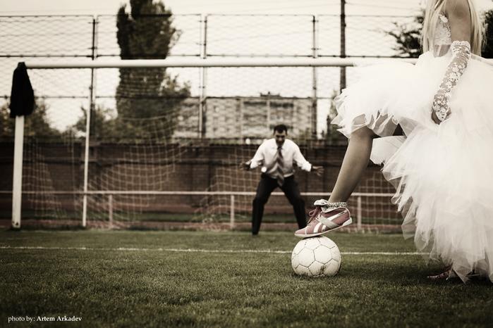 Девушка в платье играет в футбол фото