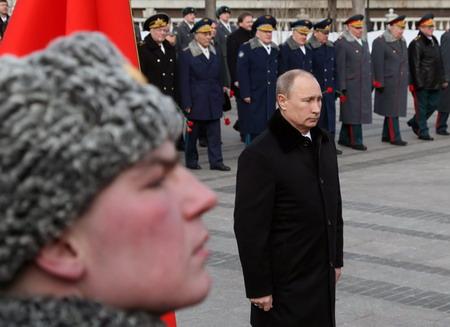 zaporno-onlayn-uniforma-video-pisayushih-devushek-na-pol