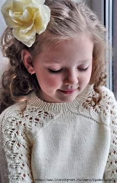 Платье спицами с вышивкой для девочки