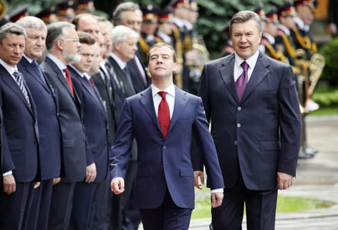 1379754660_Russian_President_Dmitry_Medvedev_Kyiv_May_17_2010_foto_by_Efrem_Lukatsky_3810 (490x334, 65Kb)