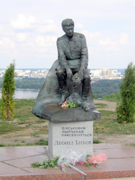 Monument_of_Leonid_Fyodorovich_Bykov_in_Kiev (525x700, 340Kb)