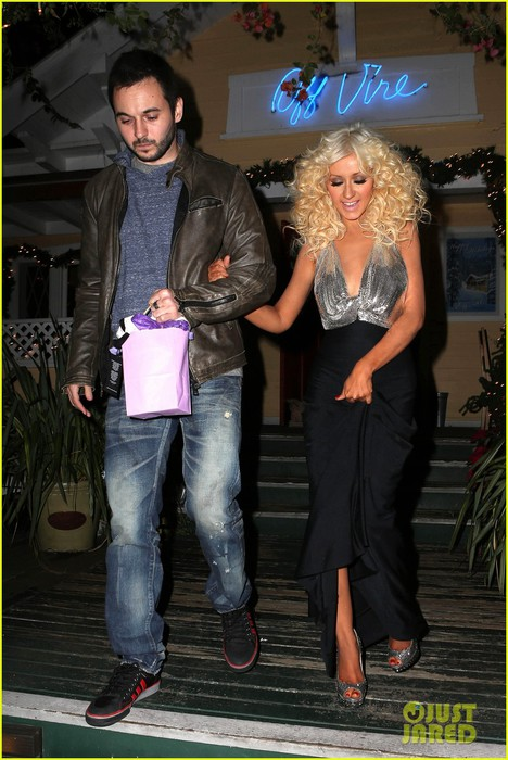 christina-aguilera-matthew-rutler-off-vine-dinner-after-the-voice-finale-02 (468x700, 99Kb)
