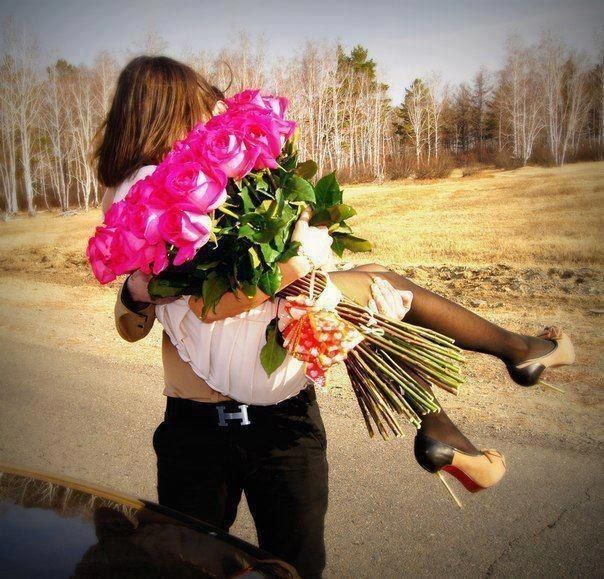 Девушка дарит парню цветы фото