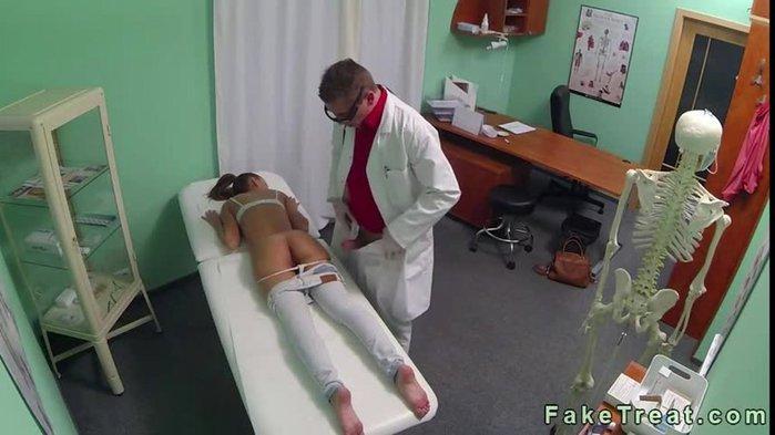 женщина уролог осматривает пациента снято скрытой камерой обхватила коленями его